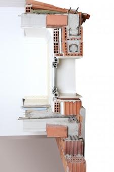 Przekrój ściany elewacyjnej prawdziwy z bloków ceglanych