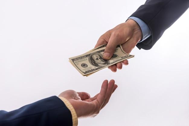 Przelać pieniądze w rękach na białym tle. koncepcja finansów
