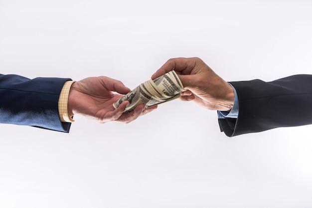Przelać pieniądze w rękach na białym tle