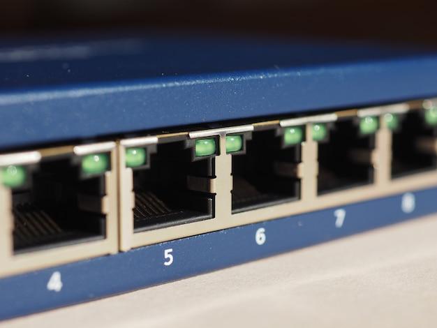 Przełącznik modemo-router z portami wtykowymi rj45 ethernet