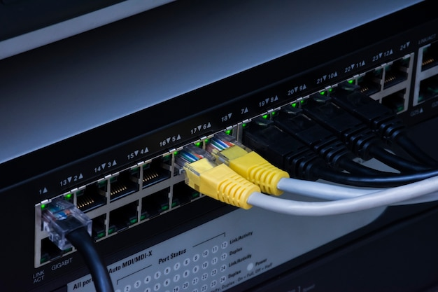 Przełącznik sieciowy hub i kable ethernetowe dla data center.