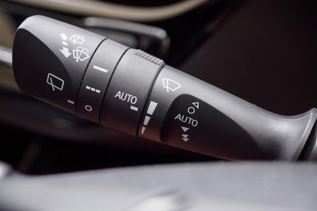 Przełącznik sterowania wycieraczką deszczową przedniej szyby samochodu z bliska