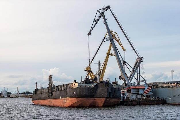 Przeładunek statku kanału portowego