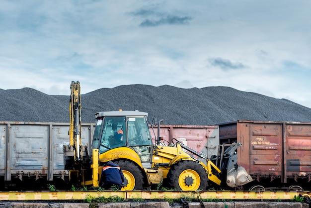 Przeładunek węgla w wagonach kolejowych