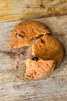 Przełamane na kawałki pyszne i chrupiące ciasteczko owsiane z mąki i płatków owsianych