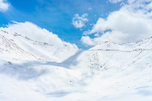 Przełęcz khardung la, indie. khardung la to przełęcz wysokiej góry