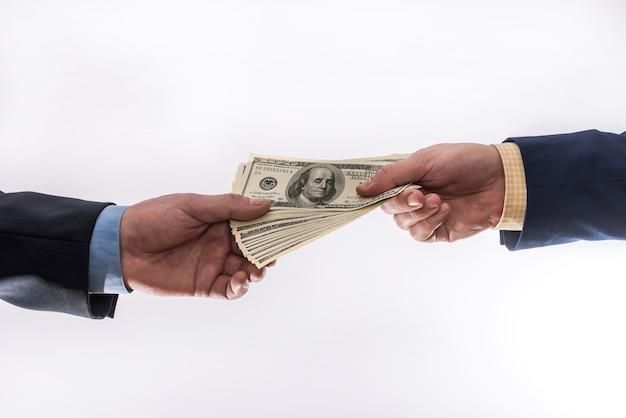 Przelej pieniądze w rękach na białym tle. koncepcja finansów