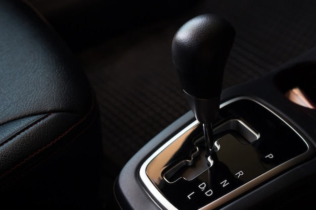 Przełóż automatyczny układ w samochodzie, wymień i napraw przed jazdą