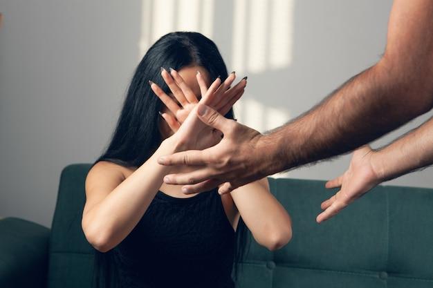 Przemoc domowa. mąż chce uderzyć żonę
