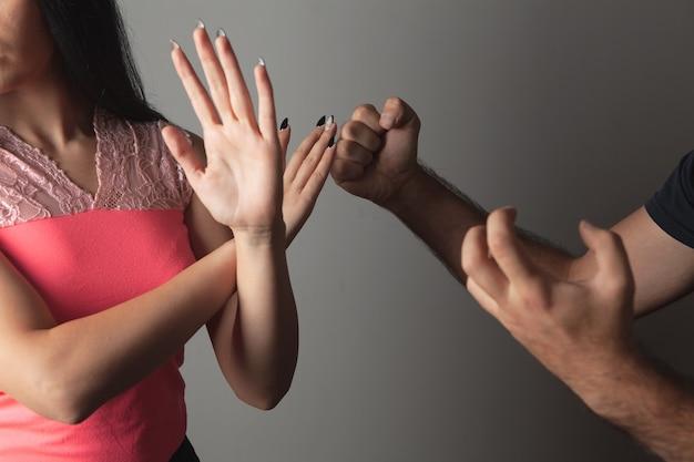 Przemoc domowa. mąż krzyczy na żonę