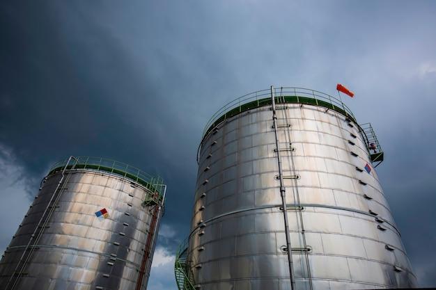 Przemysł chemiczny zbiornik magazynowy izolacja zbiornika w burzy chmurowej.