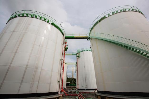 Przemysł chemiczny zbiornik magazynowy zbiornik ze stali węglowej biały.