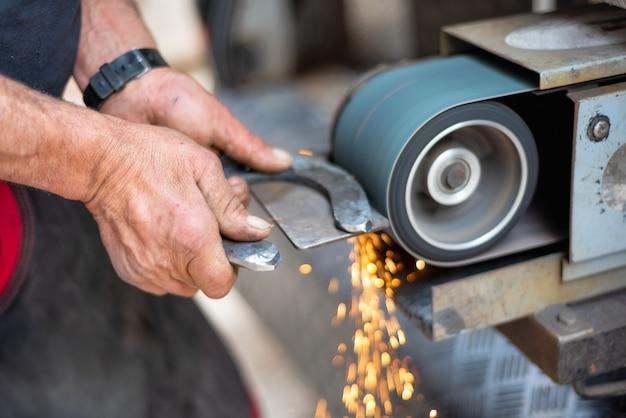 Przemysł obróbki metali. wykańczanie metalowej powierzchni na szlifierce.