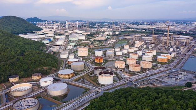 Przemysł petrochemiczny rafinerii przemysłu naftowego strefa gazowa importuje i eksportuje międzynarodowy