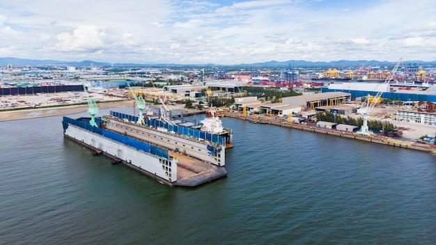 Przemysł stoczniowy na morzu w tajlandii antenowe widok z góry z drone