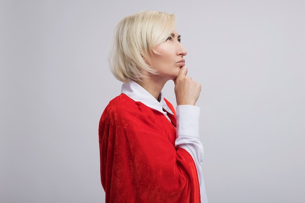 Przemyślana blondynka superbohaterka w średnim wieku w czerwonej pelerynie