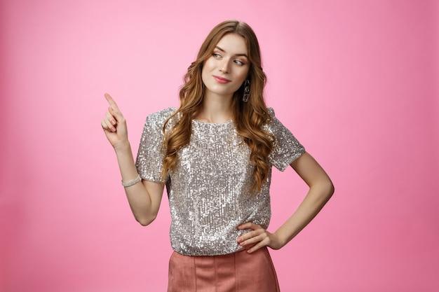 Przemyślana czarująca bogata glamour młoda nastolatka zbierająca nowe ciuchy wskazujące bokiem lew...