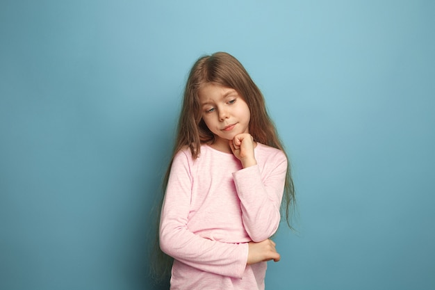 Przemyślana dziewczyna. smutna dziewczyna na niebiesko. wyraz twarzy i koncepcja emocji ludzi