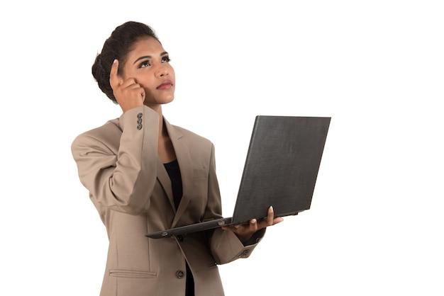 Przemyślana kobieta z laptopem - na białym tle nad białym tle