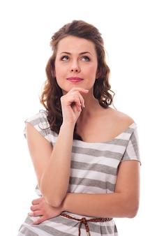 Przemyślana uśmiechnięta kobieta, patrząc na miejsce