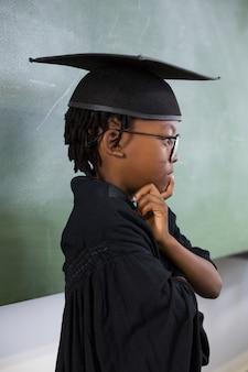 Przemyślane uczniak noszenie sukni ukończenia szkoły w klasie