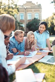 Przemyślani uczniowie pomagają sobie nawzajem w odrabianiu lekcji
