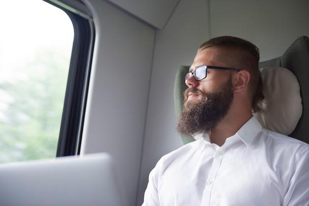 Przemyślany biznesmen w drodze pociągiem