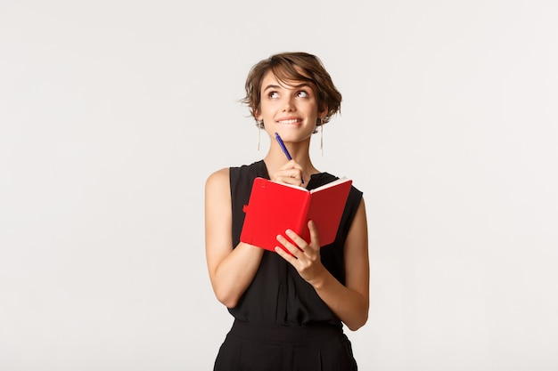 Przemyślany harmonogram planowania młody bizneswoman