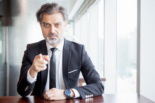 Przemyślany lider biznesu wskazuje na ciebie