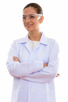 Przemyślany młody szczęśliwy lekarz kobieta uśmiecha się nosząc okulary ochronne
