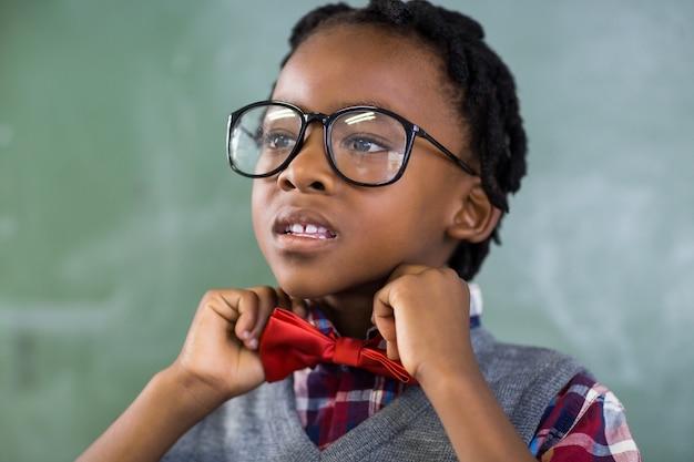 Przemyślany uczeń dostosowuje muszkę w klasie