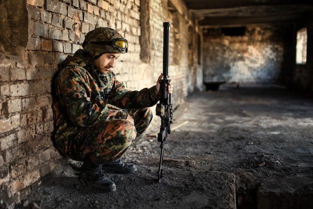 Przemyślany żołnierz odpoczywający po operacji wojskowej