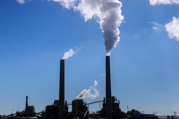 Przemysłowa elektrownia węglowa stosu dymu