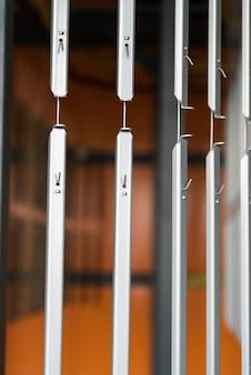 Przemysłowa linia przenośników w fabryce części metalowych. obróbka powierzchni części i malowanie części farbą proszkową.
