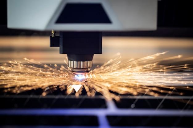 Przemysłowa maszyna laserowa wycina części z blachy stalowej.