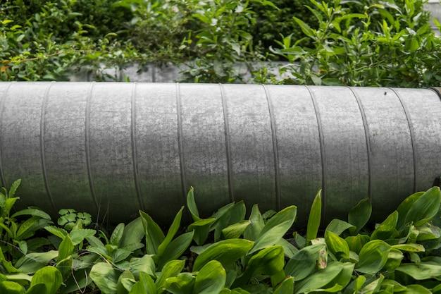 Przemysłowa metalowa drymba w zielonej trawie.