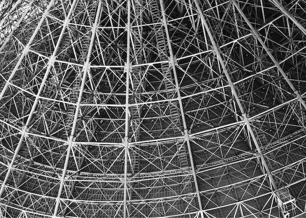 Przemysłowa metalowa konstrukcja w zbliżeniu w tle