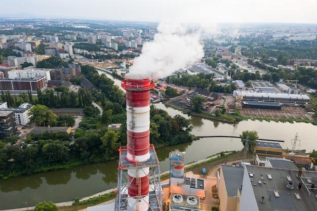 Przemysłowa okolica wrocławia - dym wydobywa się z kominów elektrowni. widok z góry wieczorem