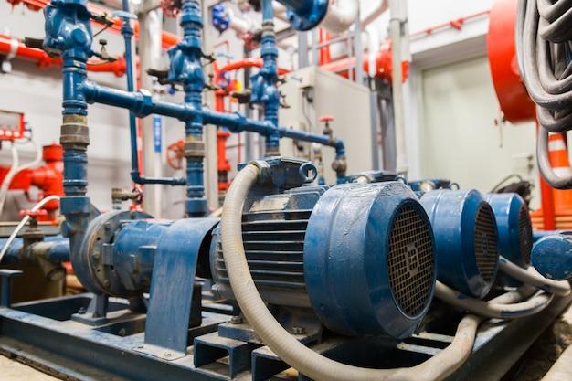 Przemysłowa pompa wodna i rury wodne.