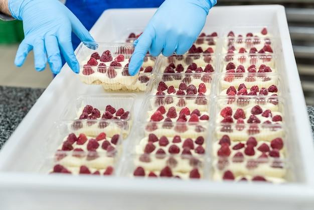 Przemysłowa produkcja artykułów spożywczych z cukiernikiem wykonującym pyszne desery