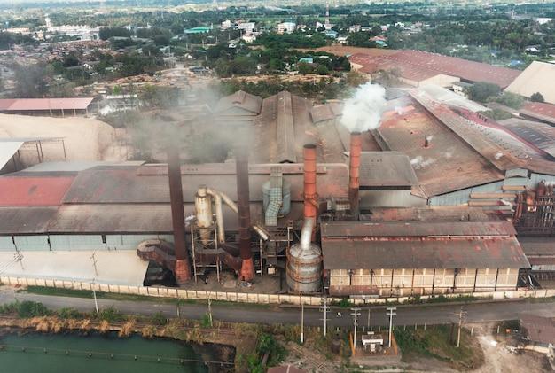 Przemysłowa produkcja fabryczna z dymem emisyjnym z kominów