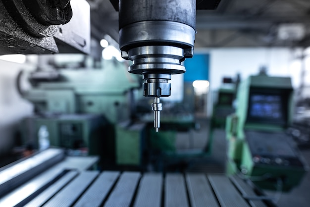 Przemysłowa wiertarka do metalu w warsztacie obróbki metali