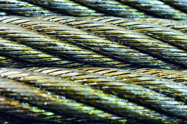 Przemysłowe streszczenie tło. zdjęcie z bliska kabla stalowego. nowe smarowanie liny.