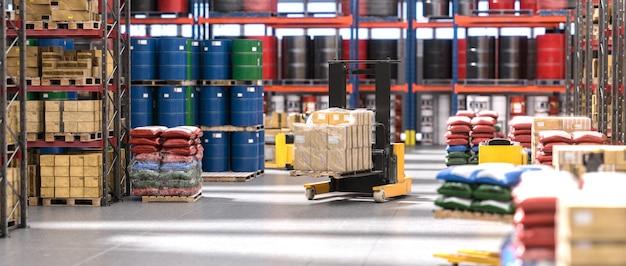 Przemysłowe wnętrze magazynu z paletami i różnymi towarami.