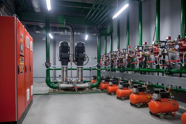 Przemysłowe wnętrze pompy wodnej, zaworów, manometrów, silników w maszynowni