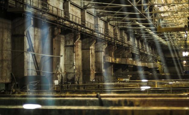 Przemysłowe wnętrze starego budynku fabrycznego, stara zardzewiała wanna z kwasem.
