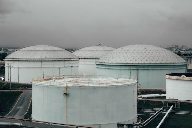 Przemysłowe zbiorniki oleju w magazynie ropy i gazu.