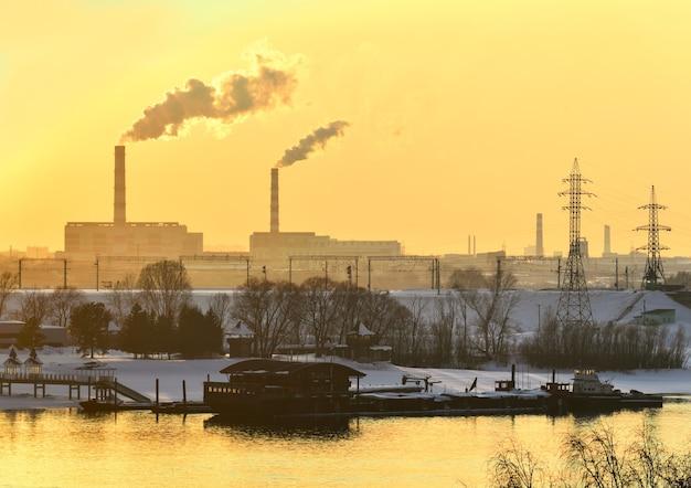 Przemysłowy bank ob o zachodzie słońca