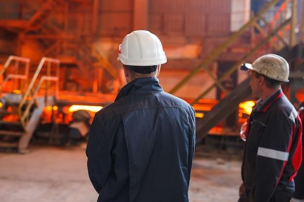 Przemysłowy pracownik przy fabrycznym spawalniczym zbliżeniem