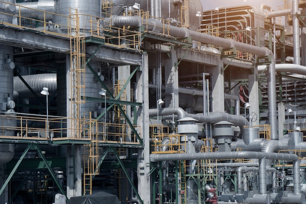 Przemysłowy widok przy rafinerii ropy naftowej rośliny formy przemysłu strefą